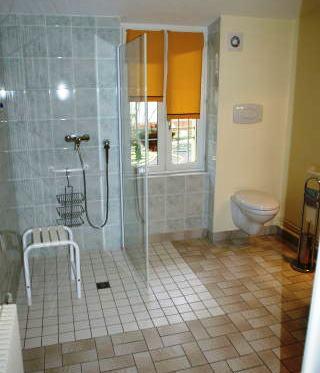 Salle de bain en chambres d'hôtes adaptée pour handicapé
