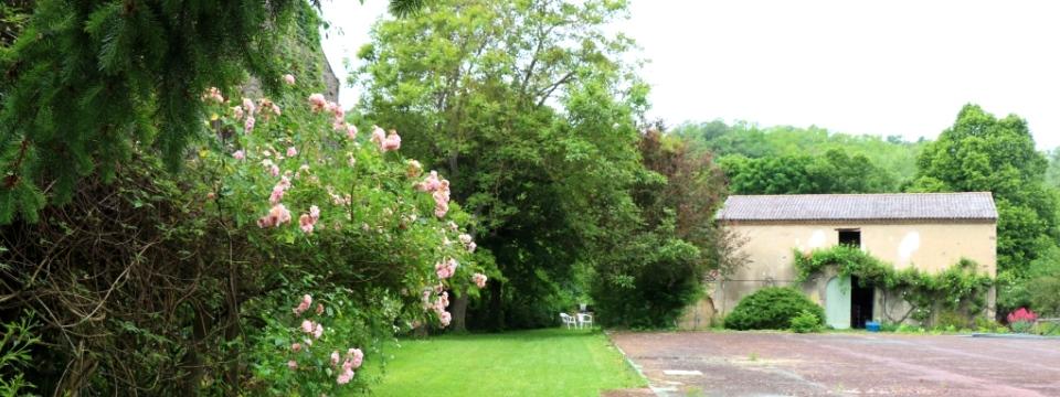Parc fleuri de la maison d'hôtes La Béalière en Auvergne
